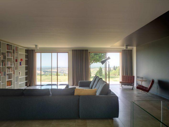 Vista dello spazio living di Villa Pisa con alzanti scorrevoli in legno