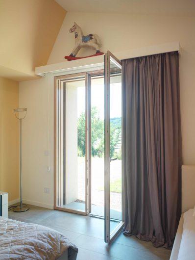 Porta finestra a due ante della camera da letto di Villa Pisa