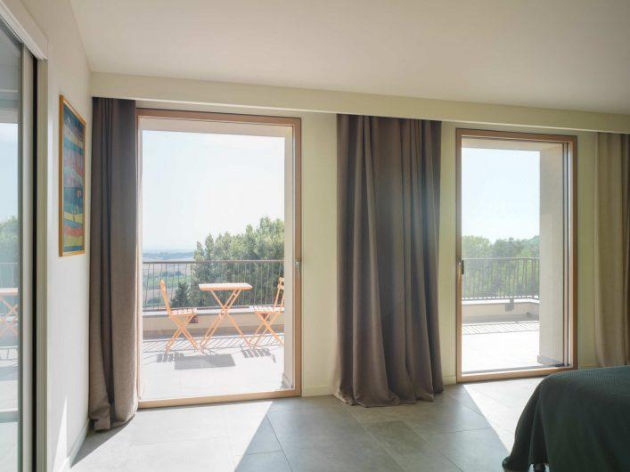 Vista della camera degli ospiti di Villa Pisa con due porte finestre ad anta singola chiuse