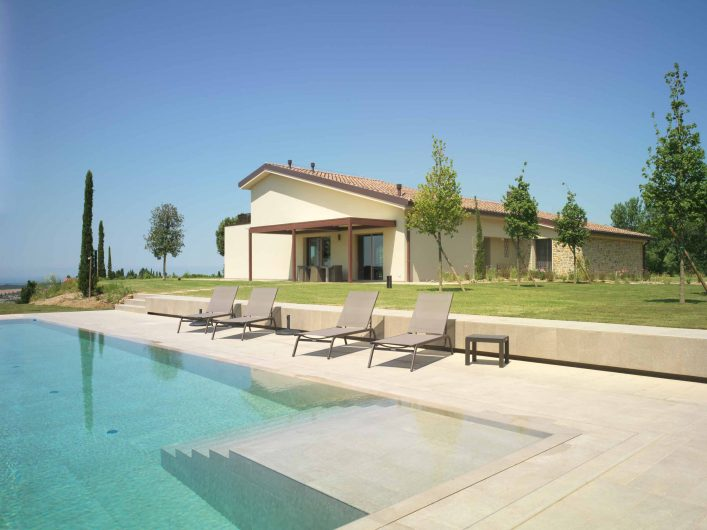 Vista del prospetto generale di Villa Pisa con piscina
