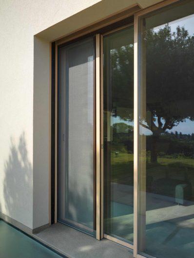 Vista esterna dell'alzante scorrevole in legno con zanzariera laterale scorrevole