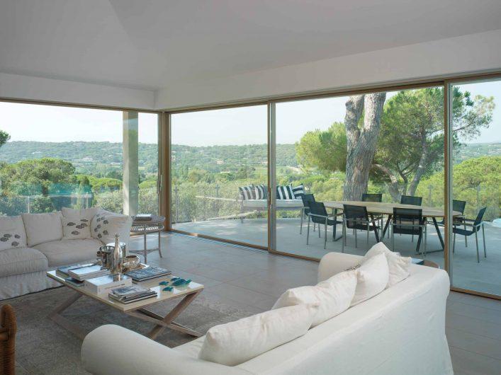 Vista dell'alzante scorrevole della zona giorno di Villa Saint Tropez con angolo apribile