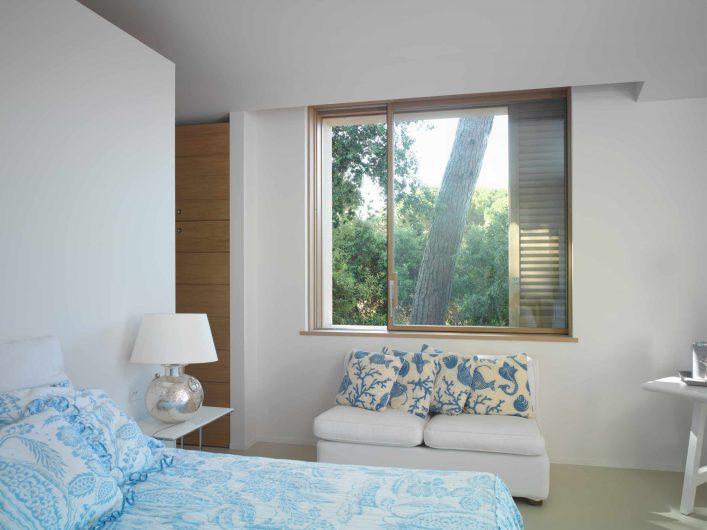 Alzante scorrevole a scomparsa formato finestra installato nella camera di Villa Saint Tropez