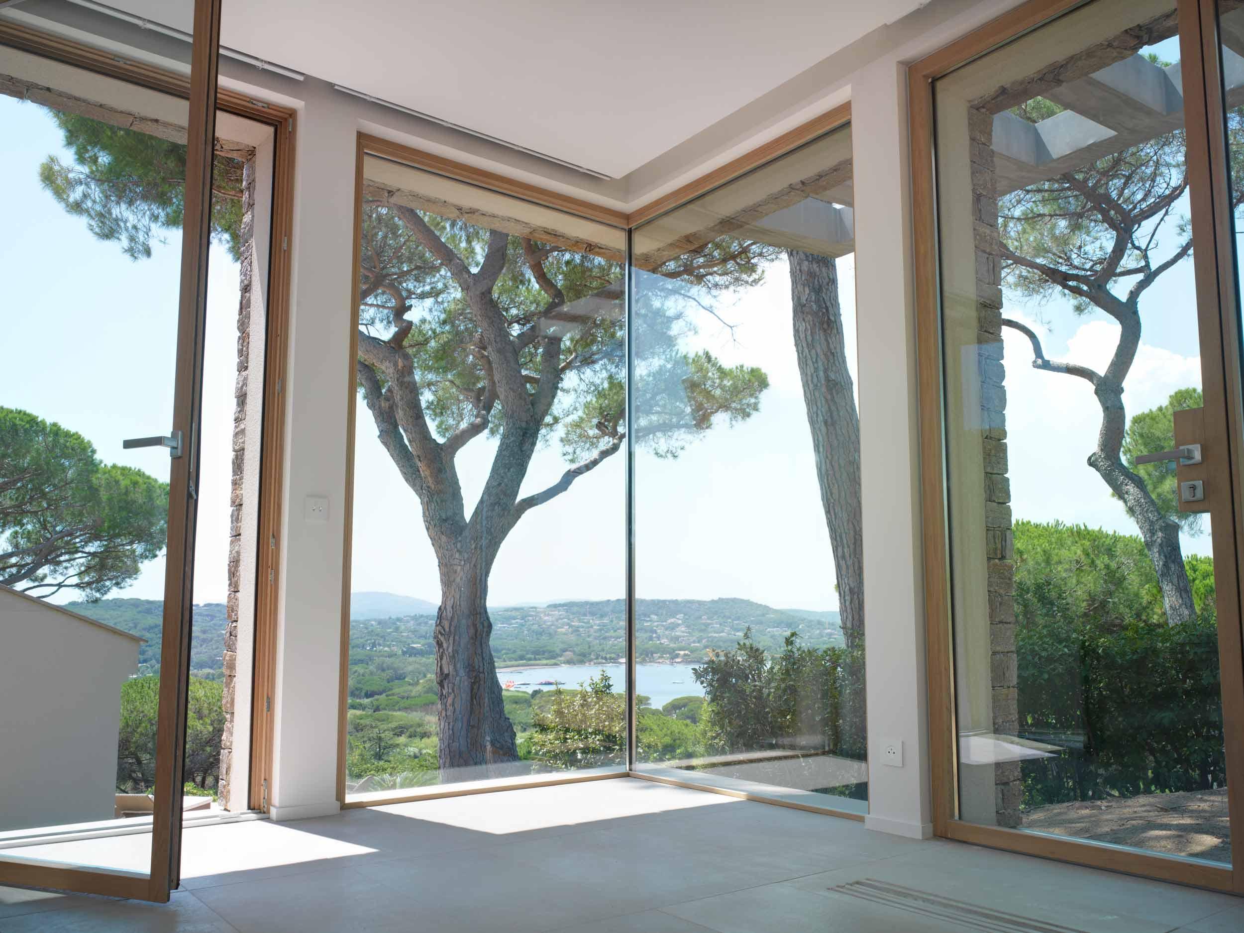 Dettaglio della porta finestra, della portiera e dell'angolo vetrato con vetro fisso incassato installati nella camera da letto