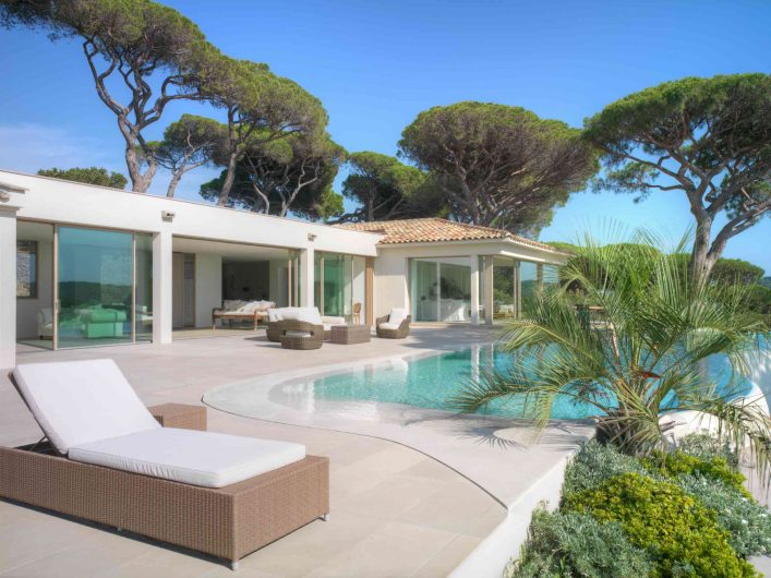 Vista del prospetto principale di Villa Saint Tropez con alzanti scorrevoli Skyline Sliding