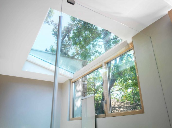 Vista della finestra a due ante del bagno della villa con lucernario vetrato