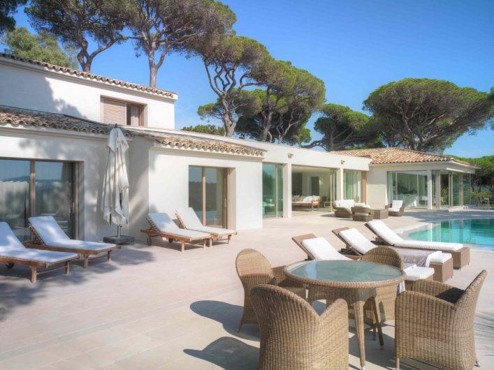 Patio esterno di Villa Saint Tropez con vista sugli alzanti scorrevoli Skyline Sliding