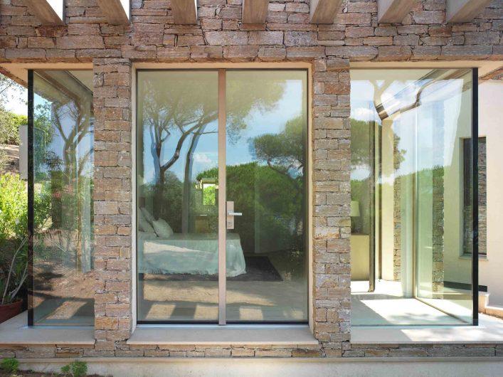 Vista frontale della porta d'ingresso a due ante della zona notte con due angoli vetrati
