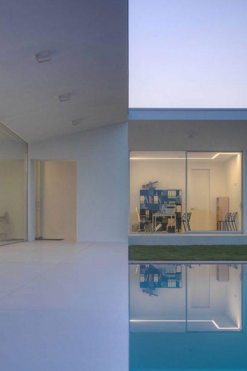 Vista frontale del patio e del prospetto con pareti vetrate ad alzante scorrevole laccato bianco