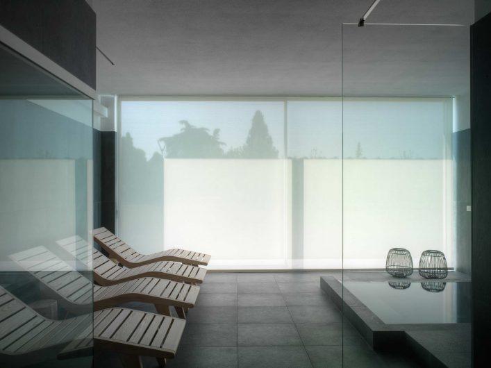 Vista interna della sauna con telo oscurante abbassato