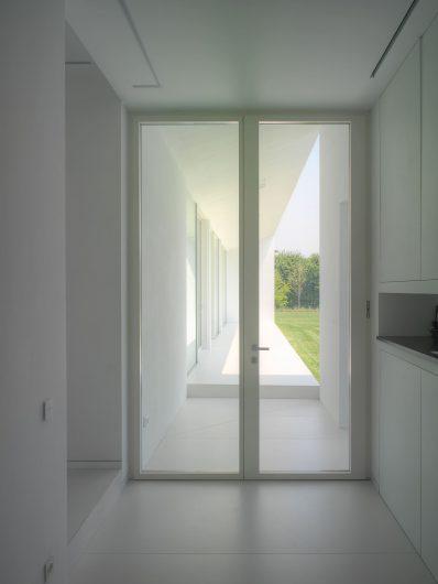 Vista interna della porta d'ingresso a due ante laccata bianca a campione