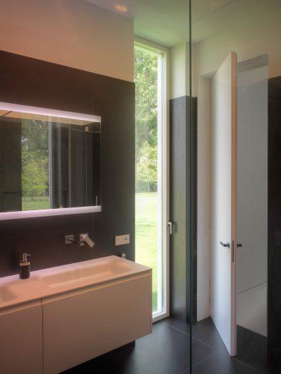 Vista del bagno con porta finestra Skyline laccata a campione