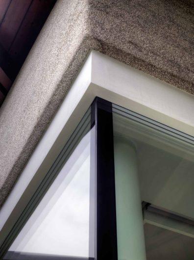 Dettaglio superiore dell'angolo vetrato