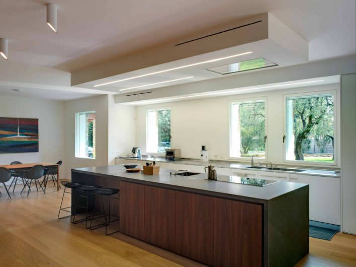 Vista della cucina con finestre a filo muro laccate bianche