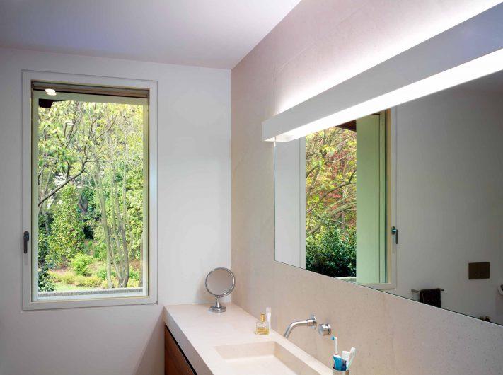 Vista del bagno con finestra ad anta singola Skyline