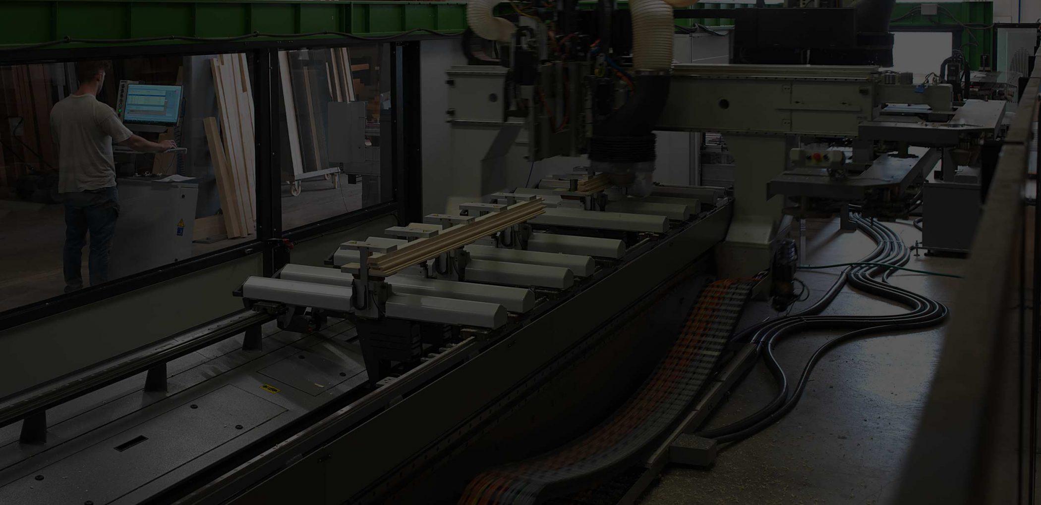 Vista della macchina per il taglio dei profili in produzione