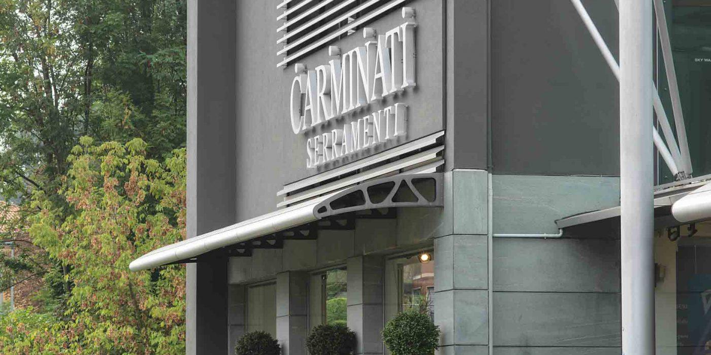 Dettaglio della facciata con ingresso alla sede Carminati