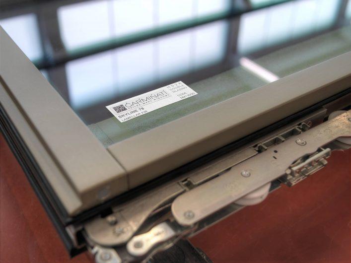 Vista di dettaglio di un'anta dell'alzante scorrevole con etichetta identificativa