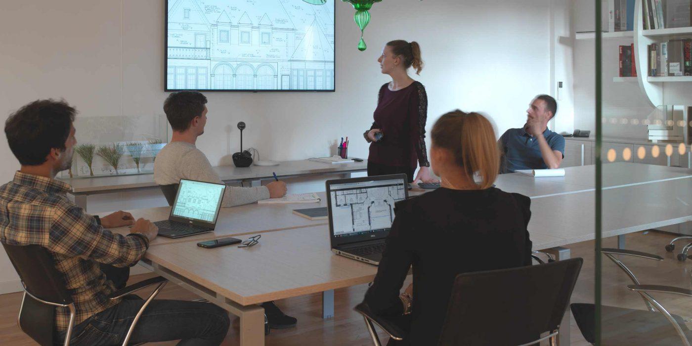 Vista della sala riunioni durante una presentazione di un progetto