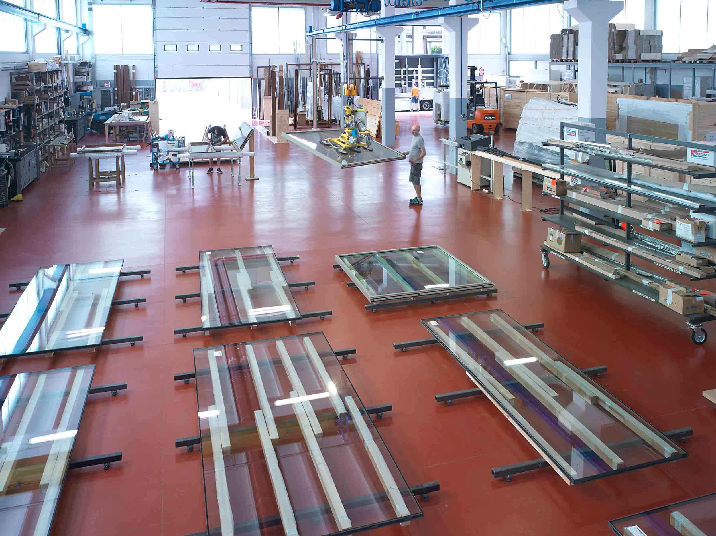 Vista generale del magazzino con le varie fasi dell'assemblaggio prodotti