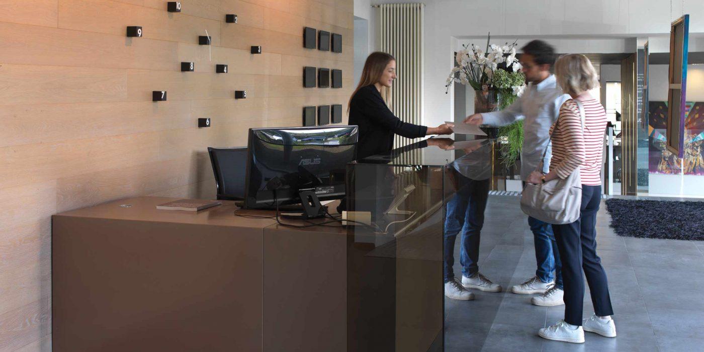 Vista della reception al piano terra con due clienti
