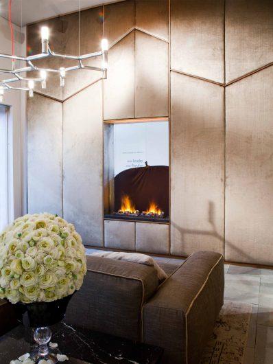 Vista di una parete rivestita interamente in boiserie geometrica di velluto