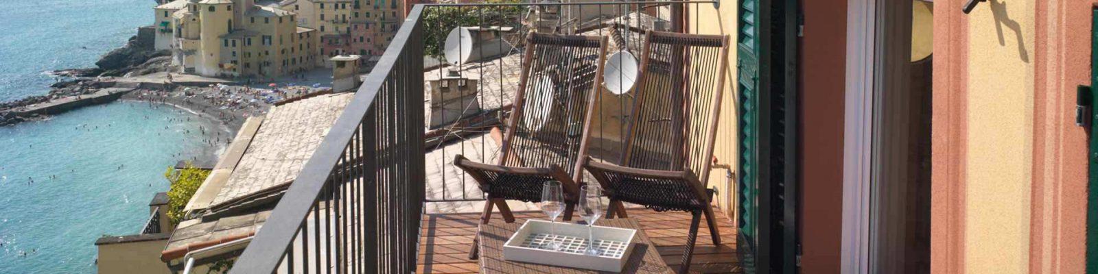 Vista di un terrazzo con finestre e persiane in legno