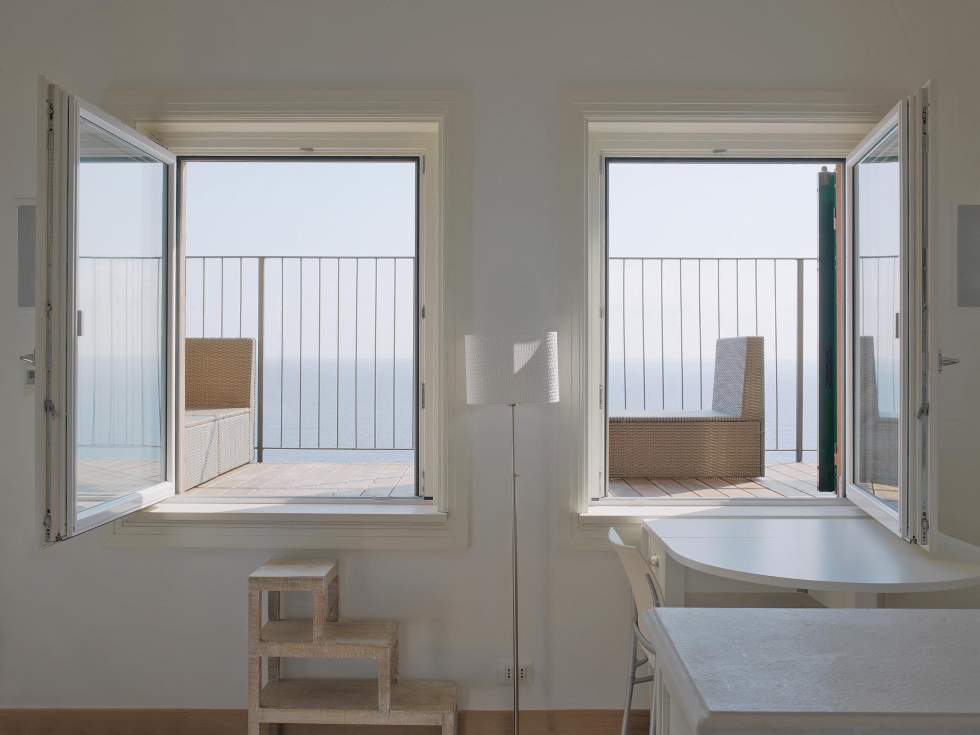 Vista di due finestra ad anta singola Euro 68 laccate bianche