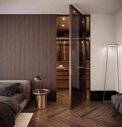 Camera da letto con parete della testata rivestita da boiserie in legno lavorata