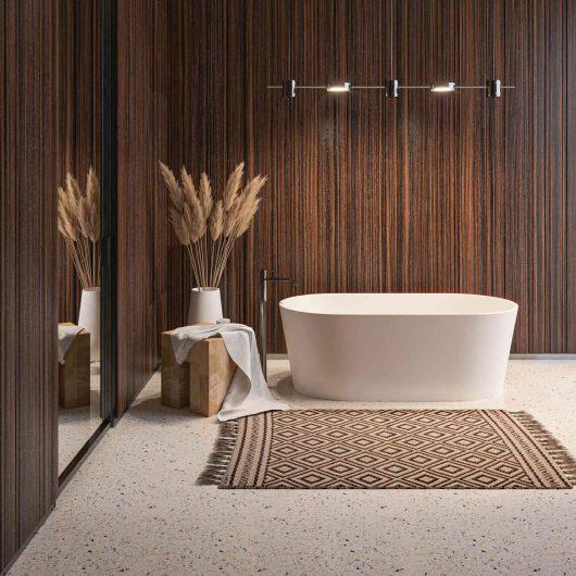 Vista di un bagno con boiserie in legno di palissandro liscio