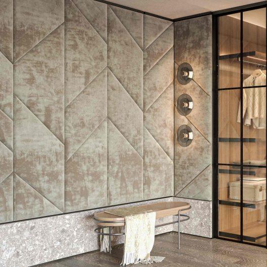Vista di una cabina armadio con parete rivestita in boiserie di velluto a pannelli geometrici