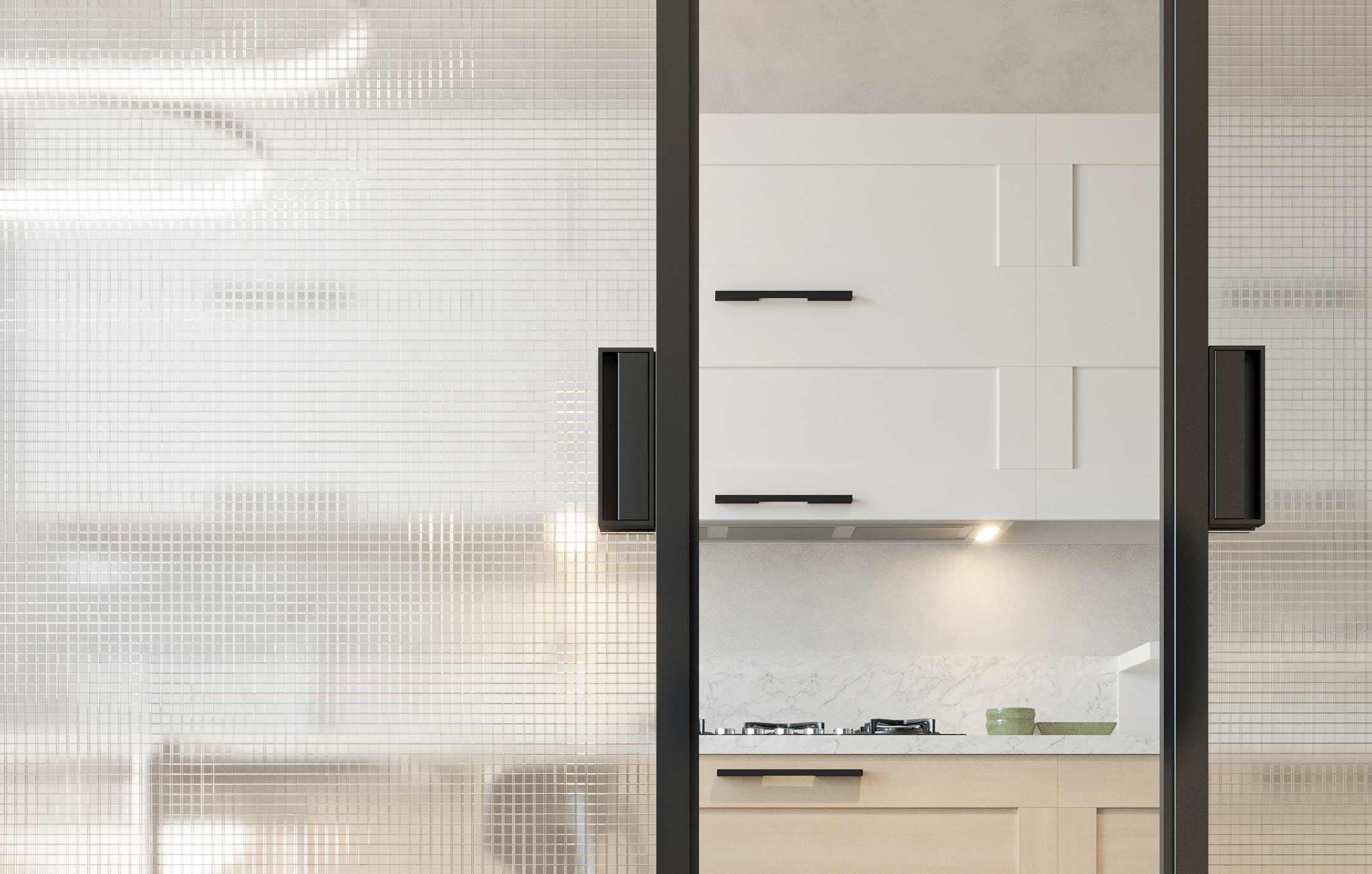 Dettaglio di una porta scorrevole a due ante con maniglie in alluminio color grigio scuro