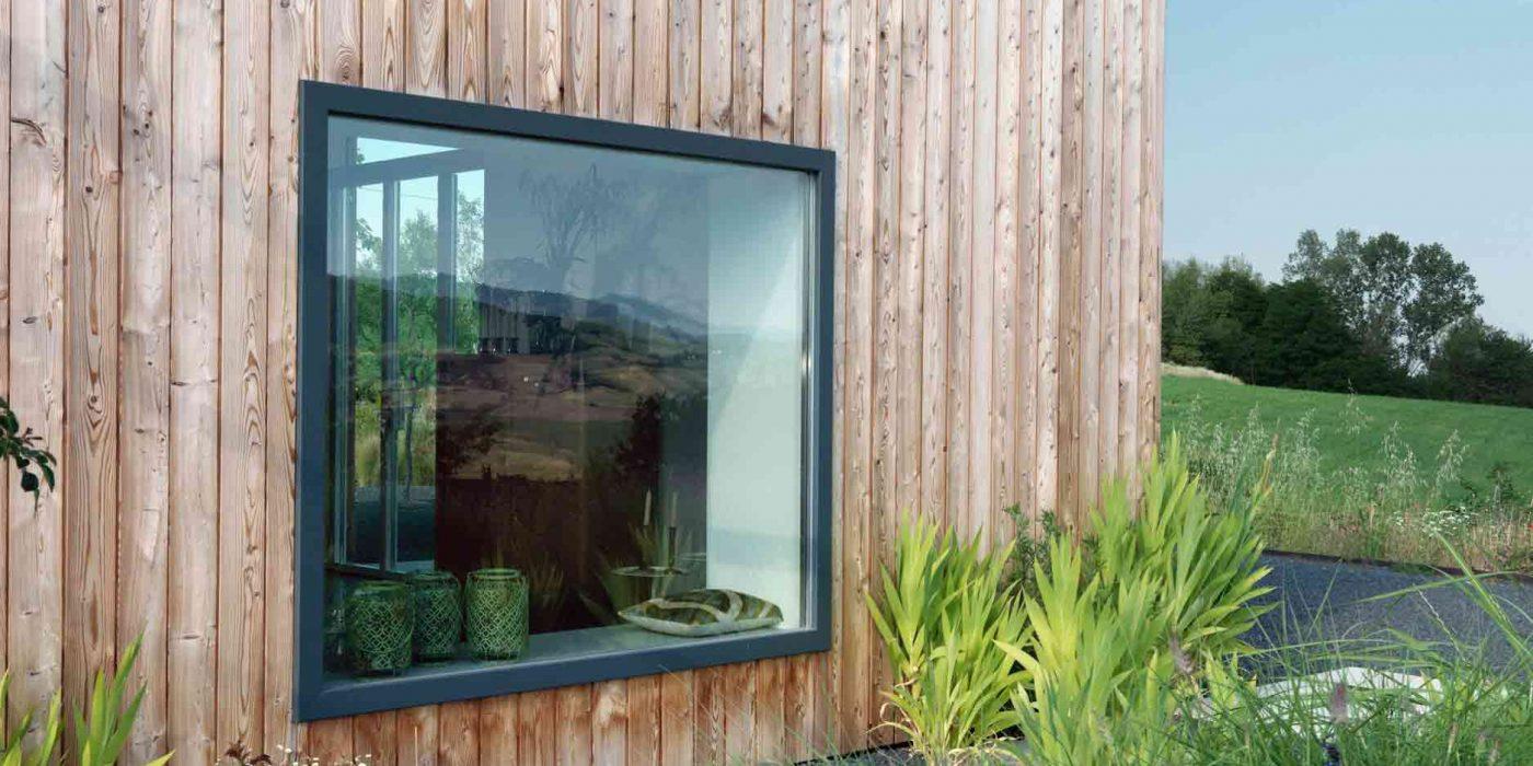 Vista esterna di un fisso con telaio in legno laccato color antracite