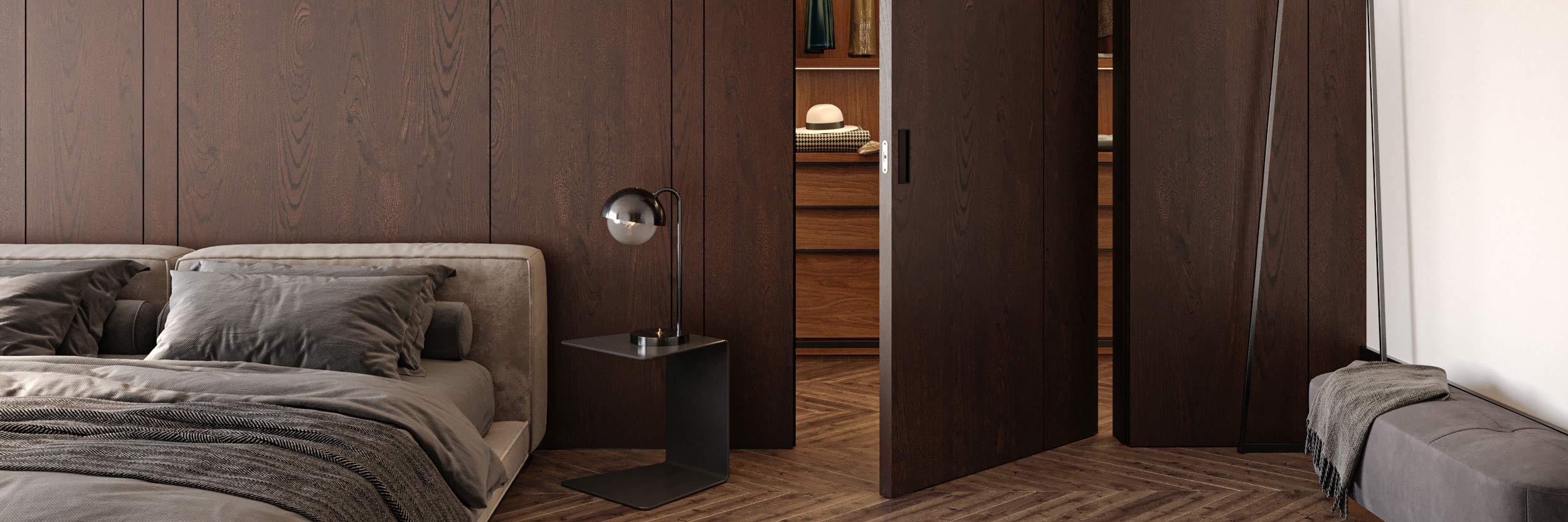 Vista di dettaglio di una porta in legno rivestita della stessa essenza usata per la boiserie