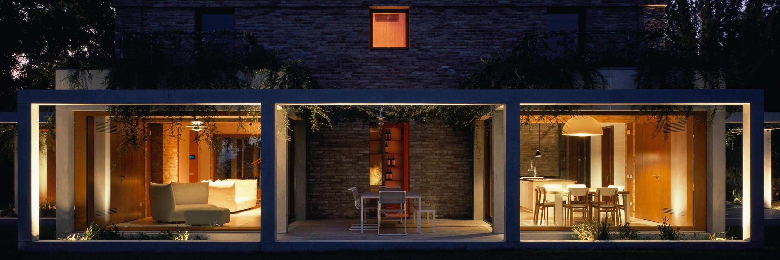 Vista di una facciata con serramenti in legno Klima 80