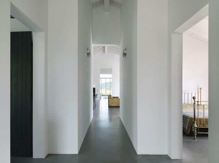 Vista del corridoio della zona notte con porta finestra a quattro ante sullo sfondo