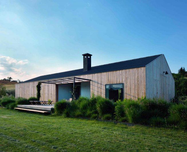 Prospetto laterale con terrazza rialzata e finestra quadrata fissa