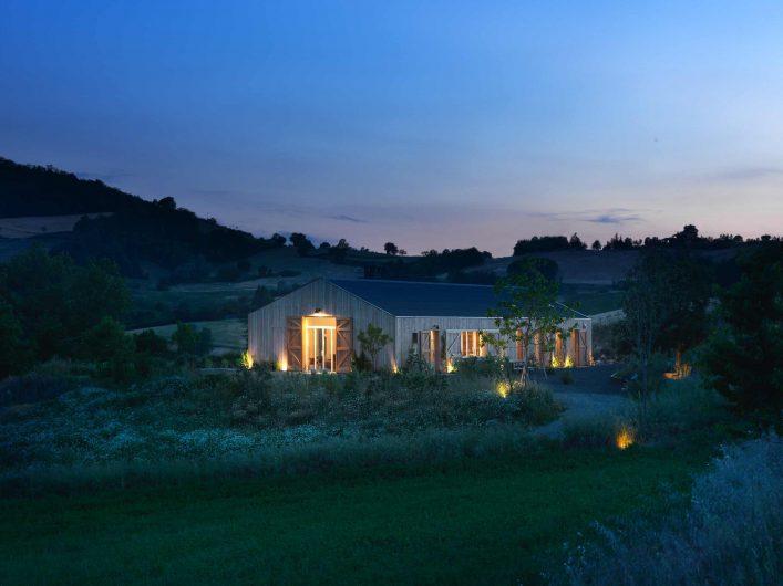 Vista serale della villa con giardino illuminato